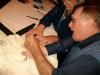 Dick Gordon mentre firma la mia skydive suit